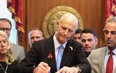 美國佛羅里達州州長里克‧斯科特於當地時間9日簽署一份控槍法案。(圖源:互聯網)