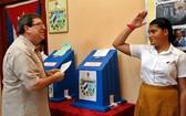 3月11日,在古巴哈瓦那,一名中年男人在投票。(圖源:EFE)