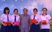 文朗學校校委主席阮曰朗獎勵考取優秀生稱號的學生。