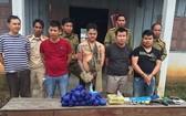 被抓獲的5名老撾籍嫌犯(前排)與涉案贓物綜合毒品、冰毒及其他物證。(圖源:孟雄)