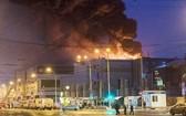 火警現場火勢猛烈濃煙滾滾。(圖源:路透社)
