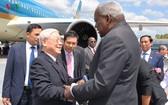 古巴國會主席埃斯特萬在機場迎接阮富仲總書記與代表團。(圖源:VOV)