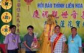 陳昶霖(右二)投得觀音慈袍- 金花-大香。