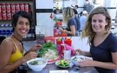 外國遊客十分喜歡品嚐越南美食。(圖源:陶玉石)