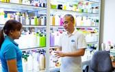 劉國鐘總經理(右)指引員工介紹新產品。