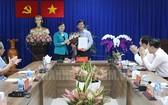 市委副書記阮氏決心向李晉和同志頒發出任第四郡委副書記的《決定》。(圖源:市黨部新聞網)