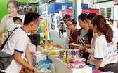 消費者在選購華人企業天龍集團的圓珠筆。