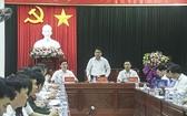 河內市人委會主席阮德鍾(中)在會議上發表講話。