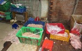 市食品安全管委會檢查團突擊檢查阿廣生產單位時發現來源不明且散發臭味的豬雜現場一瞥。(圖源:PV)