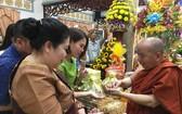 普明寺住持釋善心向善信贈送佛像墜飾項鏈。