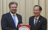 市人委會常務副主席黎清廉(右)向捷克共和國工商部副部長弗拉基米爾‧巴特爾贈送紀念品。(圖源:福盛)