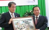 芹苴市委書記陳國忠(右)向日本大使梅田邦夫贈送紀念品。(圖源:忍南)