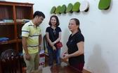 謝氏蓮(右一)與范國王夫婦在同柴市新富坊公安辦事處。