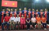啟秀華文中心第二十六屆高中畢業典禮師生合照。