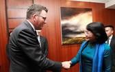 國家副主席鄧氏玉盛和維多利亞州州長丹尼爾‧邁克爾‧安德魯握手。(圖源:VOV)