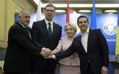 4月24日,在羅馬尼亞布加勒斯特,保加利亞總理鮑里索夫、塞爾維亞總統武契奇、羅馬尼亞總理登奇勒和希臘總理齊普拉斯(從左至右)在記者會上合影。(圖源:新華網)