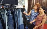 消費者參觀華人企業越鴻的牛仔布料。