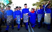 馬來西亞首相納吉(右四)與夫人羅斯瑪(右三)及多名巫統黨要前往提名站。納吉是第九次競選彭亨州北根國會議席。(圖源:路透社)