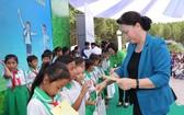 國會主席阮氏金銀向學生贈送牛奶。(圖源:仲德)