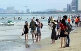 """四‧三〇""""與""""五‧一""""兩大節日期間,眾多遊客前來峴港沙灘遊玩。(圖源:陳黎琳)"""
