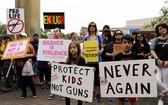 在美國休斯頓民眾手舉標語參加集會。(圖源:新華網)