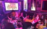 當場發現數十名女服務員穿著性感正在貴賓室陪客人一起飲食、唱歌。(圖源:興元)