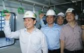 交通運輸部長阮文體(左)與工作團乘搭空載試運行的吉靈-河東線城鐵。(圖源:雨蝶)