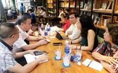 黎煌副主席(右三)與申顯楊總經理(左二)正在交談。