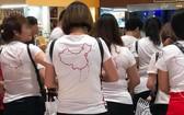 """身穿印有""""牛舌線""""地圖的上衣之中國遊客團。(圖源:武閘)"""