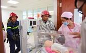 通過這次演習,醫院掌握如何滅火並為醫務人員及正在育嬰箱的嬰兒安全脫險的措施。(圖源:順慶)