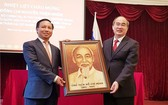市委書記阮善仁向越南駐俄羅斯聯邦大使館贈送以大米製作的胡伯伯肖像。(圖源:VOV)
