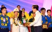 中央宣教部長武文賞給模範青年頒獎。(圖源:清雨)