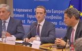扎克伯格(中)就用戶數據洩露醜聞出席歐洲議會聽證會。(圖源:互聯網)