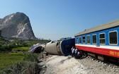 SE19列車與卡車碰撞事故,現場6節車廂脫軌,造成2人死亡。