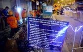 施工隊深夜在第六郡黎光充街掘路以把電網 地下化施工。
