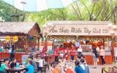 遊客品嚐南部美食。