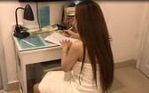 當場被查獲的賣淫妓女在筆錄上簽字。(圖源:公安機關提供)