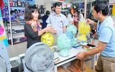 消費者選購國產Bifan電風扇。