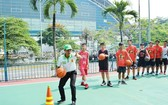 李榮康教練指導學員帶球上籃技術。
