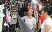 消費者在新定街市購買布料。(示意圖源:互聯網)