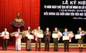 奠邊省領導向愛國競賽集體、個人模範頒贈獎狀。(圖源:明垂)