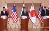 蓬佩奧(右起)、康京和、河野太郎在韓美和韓美日外長會後聯合召開記者會。(圖源:韓聯社)