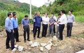 黎廷壽副部長(左四)與工作團實地檢查。(圖源:交通報)