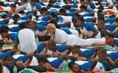 印度總理莫迪帶頭參加盛會,在北部城市德哈拉丹領著5萬多人做起各式瑜伽動作。(圖源:路透社)