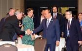 阮春福總理與加拿大企業家交談。
