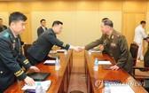 6月25日,韓朝在韓朝出入境事務所舉行大校級工作會談,圖為會前雙方代表握手。(圖源:韓聯社)