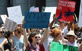人們參加反對移民執法政策遊行。(圖源:新華網)