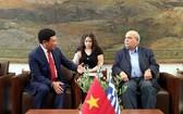 我國外交部長范平明(左)會見希臘議會議長尼科斯‧武齊斯。(圖源:越通社)