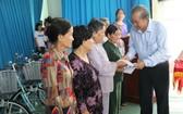 政府副總理張和平向丐禮縣越南英雄母親贈送禮物。(圖源:明智)