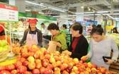 消費者在國內零售商系統購物。